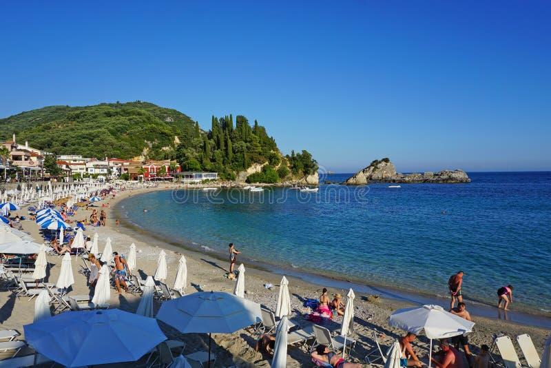 Parga, Grecja, 17 Lipa 2018 różnorodne narodowości turyści cieszy się morze i plażę Parga zdjęcia royalty free