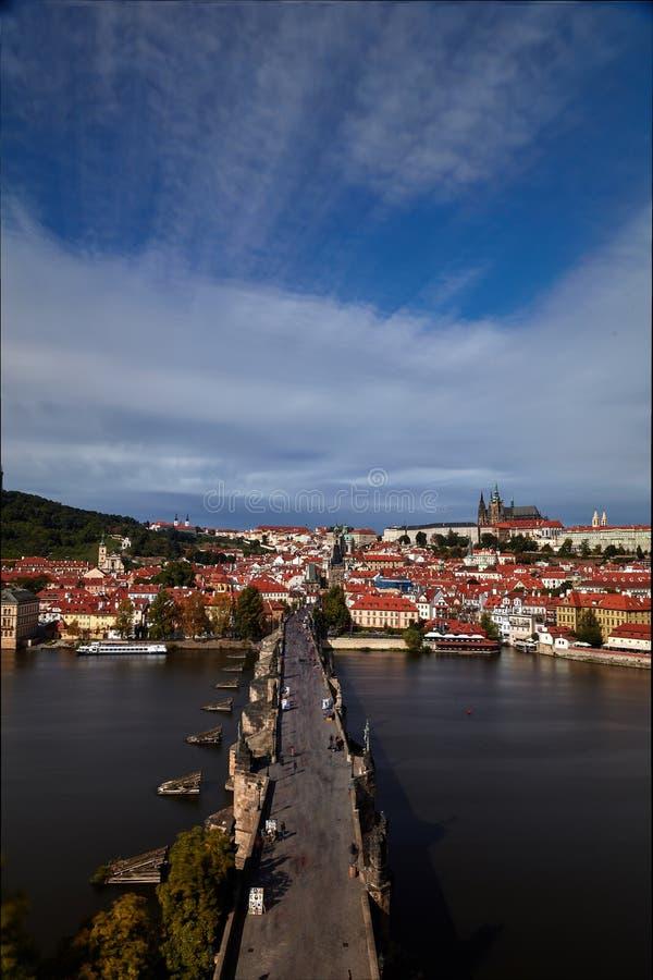 Pargue , com a Torre da Ponte Menos Pequena de Charles Bridge Karluv Most e o Castelo de Praga, República Checa Turistas em Charl fotografia de stock