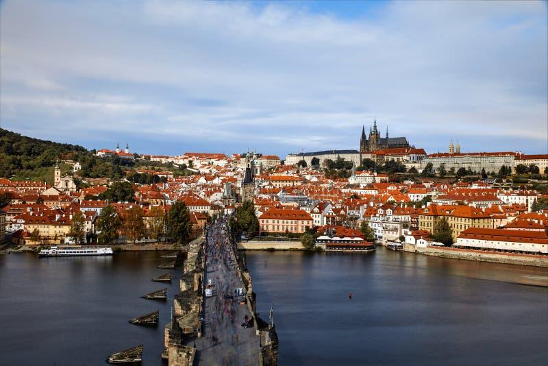 Pargue , com a Torre da Ponte Menos Pequena de Charles Bridge Karluv Most e o Castelo de Praga, República Checa Turistas em Charl fotografia de stock royalty free