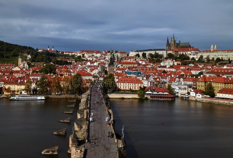 Pargue , com a Torre da Ponte Menos Pequena de Charles Bridge Karluv Most e o Castelo de Praga, República Checa Turistas em Charl fotos de stock royalty free