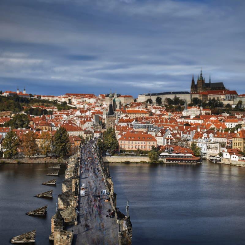 Pargue , com a Torre da Ponte Menos Pequena de Charles Bridge Karluv Most e o Castelo de Praga, República Checa Turistas em Charl fotos de stock
