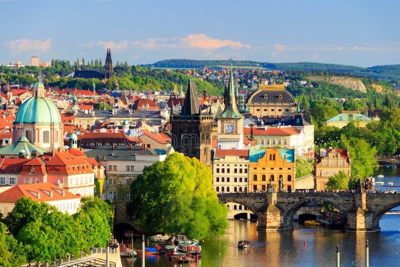 Pargue, opinião Lesser Bridge Tower e Charles Bridge (Karluv mais), República Checa imagem de stock