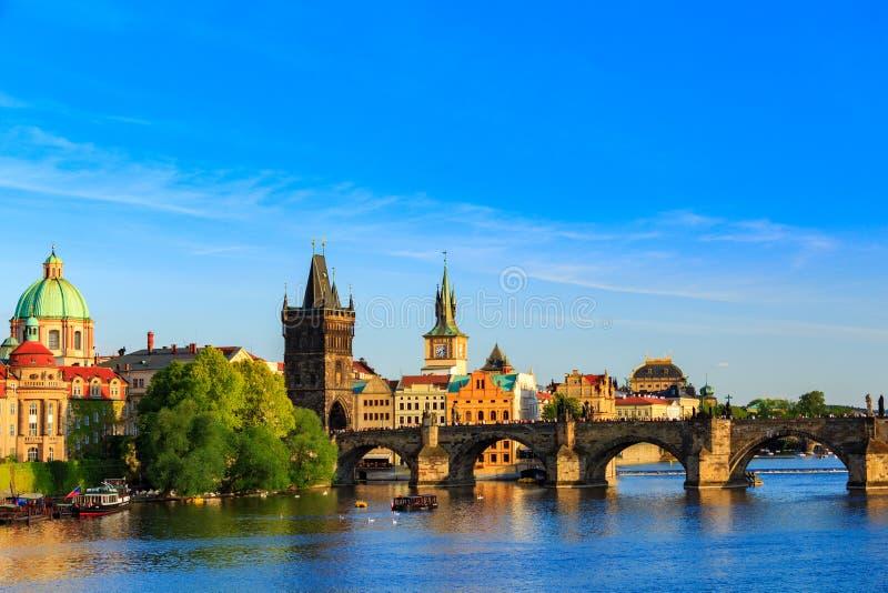 Pargue, opinião Lesser Bridge Tower e Charles Bridge (Karluv mais), República Checa foto de stock