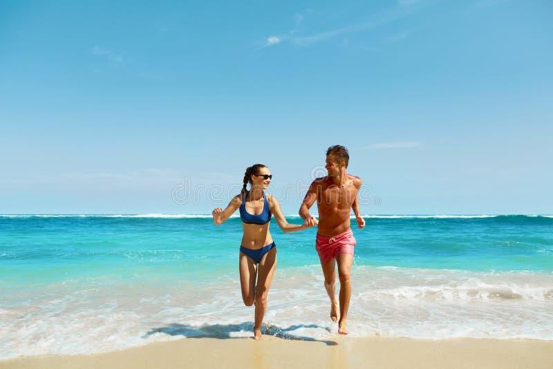 Pargyckel på stranden Förälskad spring för romantiskt folk på havet arkivfoto