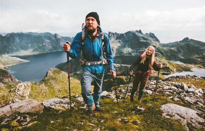 Parhandelsresande som fotvandrar i bergfamiljresande fotografering för bildbyråer