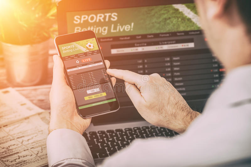 Pari du concept parié d'ordinateur portable de jeu de téléphone de sport photographie stock libre de droits