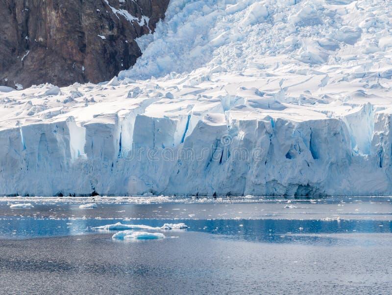Parida del glaciar de Deville en la bahía de Andvord cerca de Neko Harbor, Arctows imágenes de archivo libres de regalías