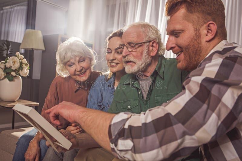 Parientes alegres que se divierten en sitio imagen de archivo