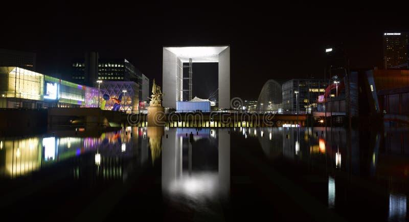 Parigi: architettura moderna alla notte fotografie stock libere da diritti