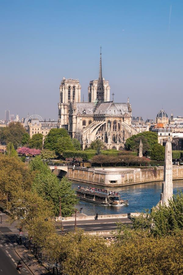 Parigi, cattedrale di Notre Dame con la barca sulla Senna, Francia fotografia stock