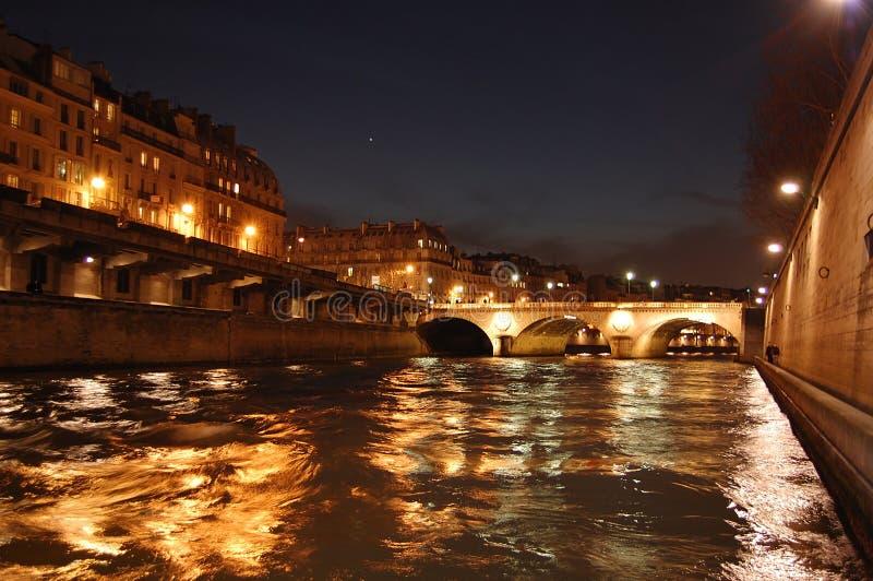 Parigi entro la notte - ponticello sopra Seine fotografia stock libera da diritti