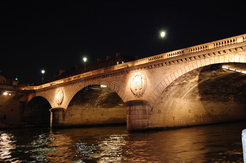 Parigi entro la notte - ponticello sopra Seine immagine stock libera da diritti