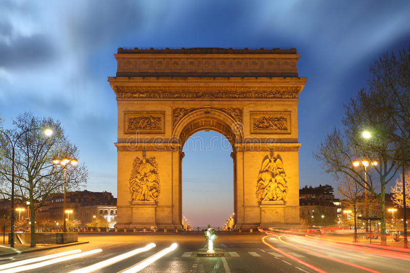 Parigi, Famous Arc de Triumph alla sera, Francia fotografie stock