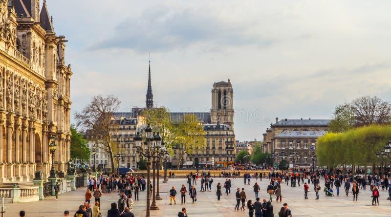 Parigi/Francia - 4 aprile 2019: Quadrato davanti ad Hotel de Ville, il comunedi Parigi, pieno della gente di riposo al tramonto fotografie stock