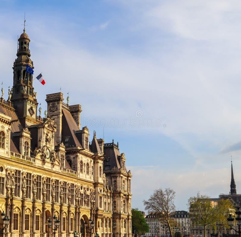 Parigi/Francia - 4 aprile 2019: Quadrato davanti ad Hotel de Ville, il comunedi Parigi, pieno della gente di riposo al tramonto immagine stock libera da diritti