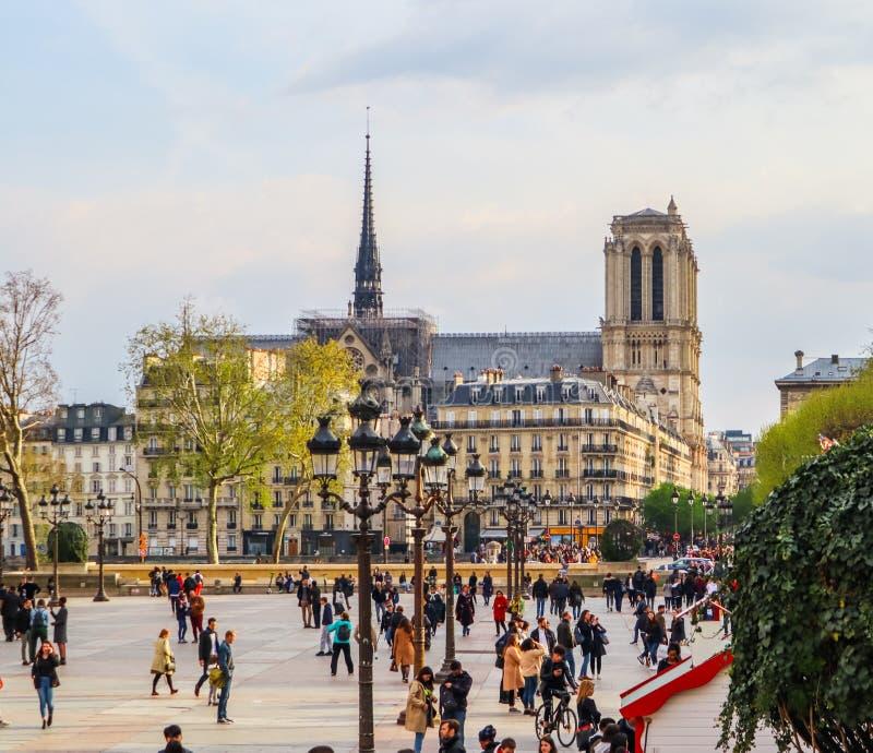 Parigi/Francia - 4 aprile 2019: Quadrato davanti ad Hotel de Ville, il comunedi Parigi, pieno della gente di riposo al tramonto fotografia stock libera da diritti
