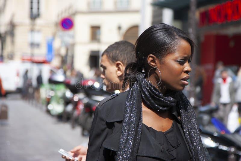 Parigi, Francia - 12 aprile 2011: Ritratto di bella ragazza africana su una via della città immagini stock libere da diritti
