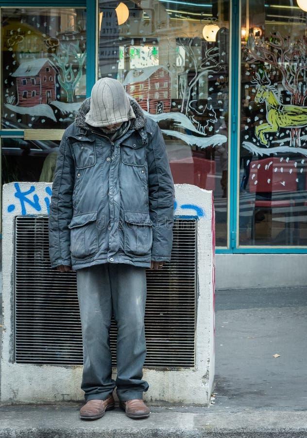 Parigi, Francia 10-December-2018 Ritratto di un uomo senza tetto davanti ad un negozio durante il Natale immagini stock libere da diritti