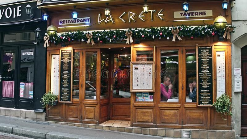 PARIGI, FRANCIA - 31 DICEMBRE, 2016 Piccola La greca Creta della locanda Decorazione di natale fotografia stock