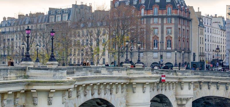 PARIGI, FRANCIA - DICEMBRE 2012: Turisti lungo il ponte della città L'ufficio della C fotografia stock libera da diritti