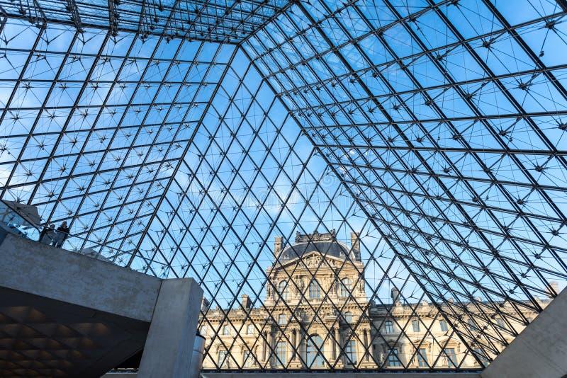 Parigi, Francia Febbraio 2018: Vista dall'interno, spirito del museo del Louvre immagini stock libere da diritti