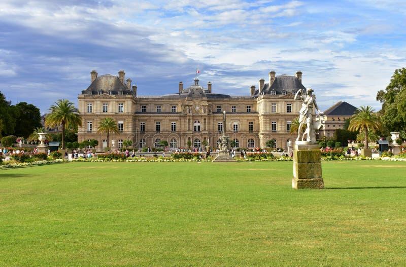 Parigi, Francia Giardini del Lussemburgo ammucchiati con i turisti, quarto latino Palazzo, erba e statue del Lussemburgo fotografia stock