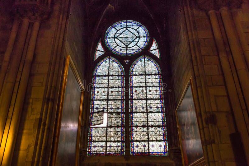 PARIGI, FRANCIA - 23 GIUGNO 2017: Finestra di vetro macchiato nella chiesa del Notre-Dame de Paris immagine stock