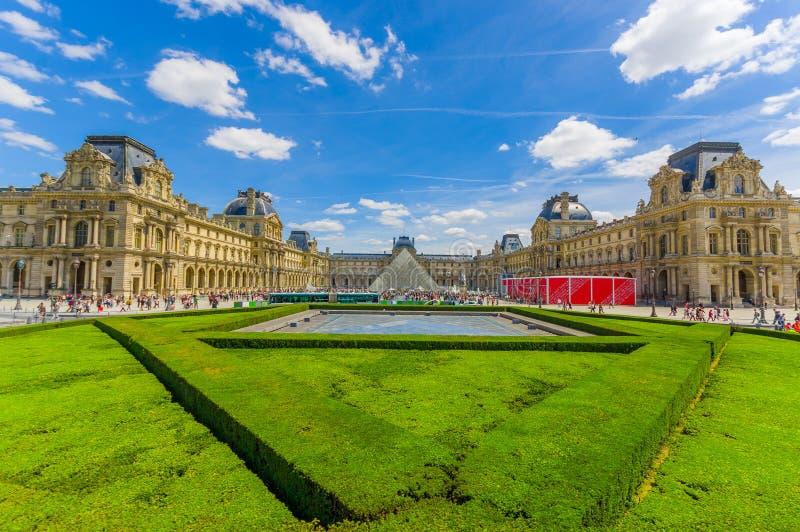 Parigi, Francia 1° giugno 2015: Museo di fama mondiale esterno del Louvre, bella facciata e sourroundings spettacolari fotografia stock