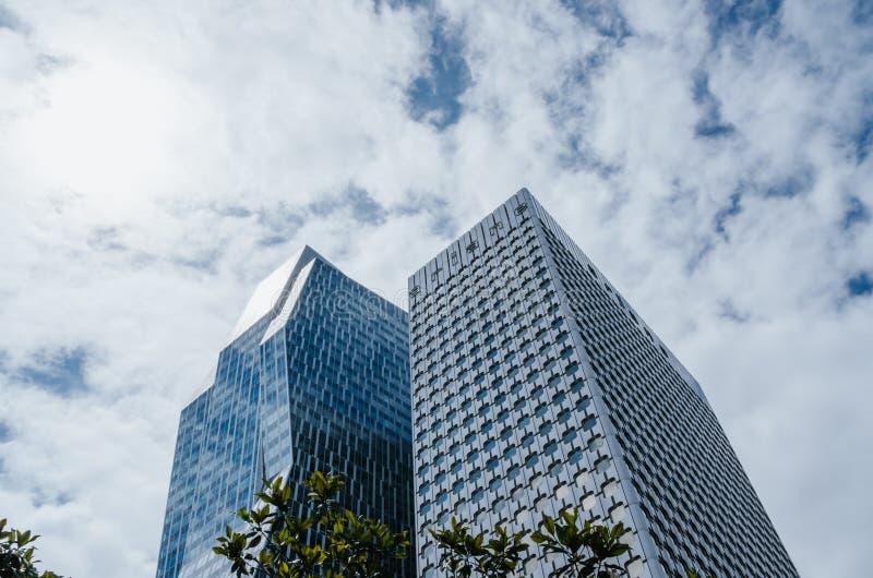 PARIGI, FRANCIA - 27 GIUGNO 2016: Riflessione delle costruzioni moderne del grattacielo Architettura in La, difesa, Parigi fotografia stock