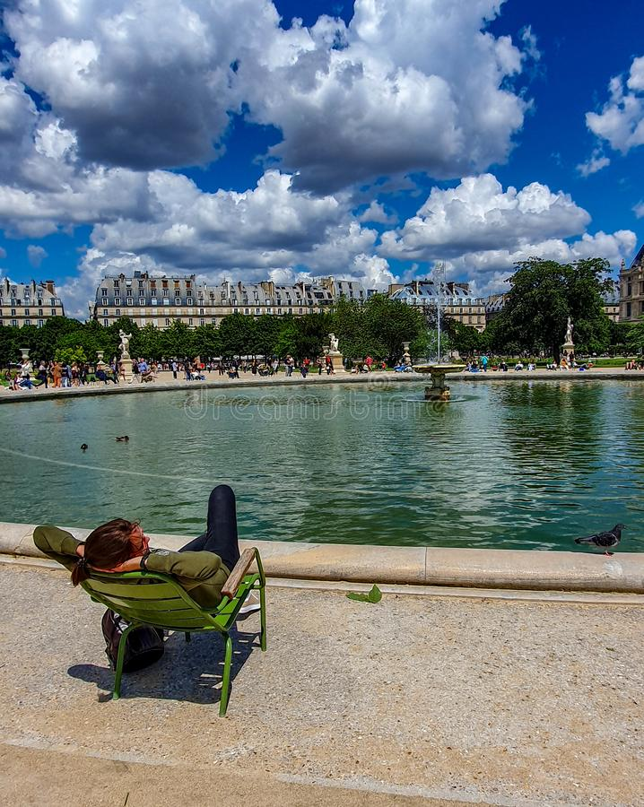 Parigi, Francia, giugno 2019: Rilassandosi nel giardino di Tuileries immagine stock libera da diritti