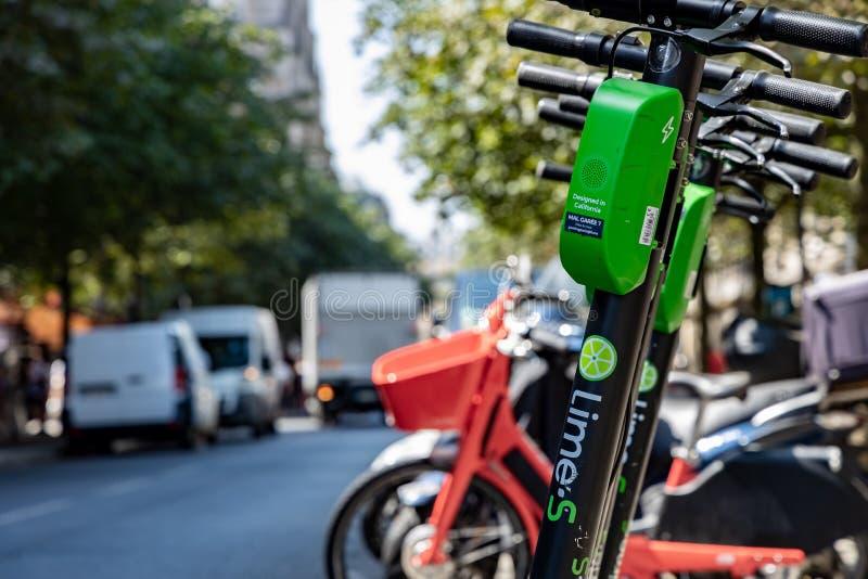 Parigi, FRANCIA - 27 giugno 2019: Vista dei motorini elettrici della calce, affittata tramite un app mobile e diminuita dovunque  immagine stock