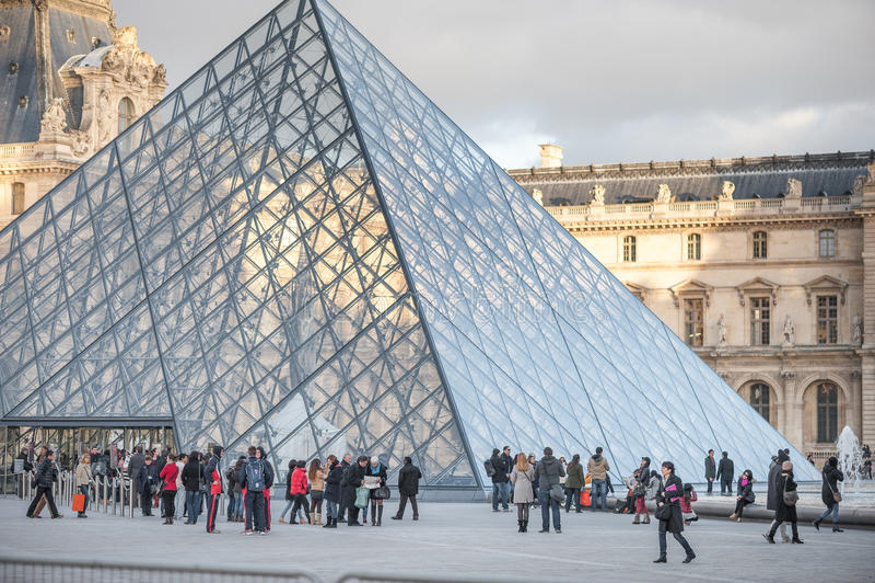 PARIGI, FRANCIA, IL 25 NOVEMBRE 2012: Museo del Louvre esteriore con la gente turistica a Parigi, Francia immagine stock libera da diritti
