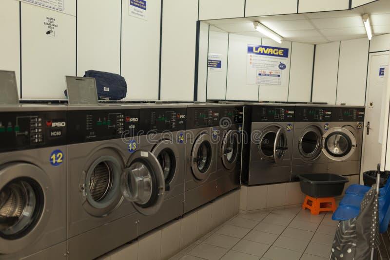 Parigi, Francia lavatrice del 2 giugno 2018 nella lavanderia locale di self service fotografia stock