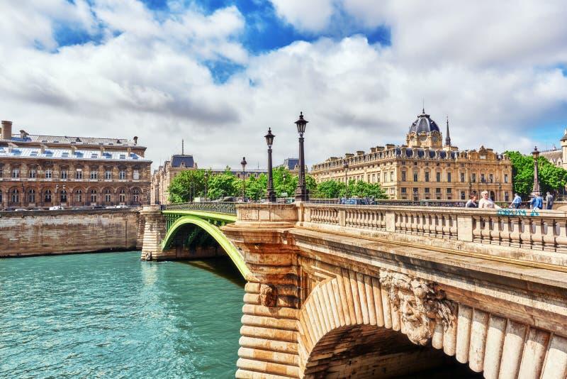 PARIGI, FRANCIA 4 LUGLIO 2016: Fiume la Senna, registrazione del Pari immagine stock libera da diritti