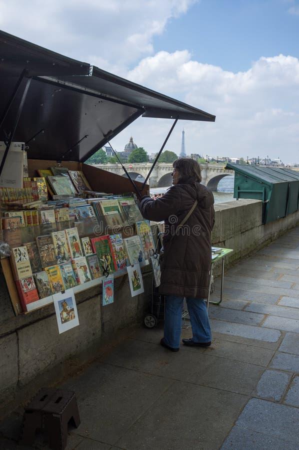 Parigi, Francia, maggio 2013: stalla del venditore di libro accanto al riv della Senna fotografia stock