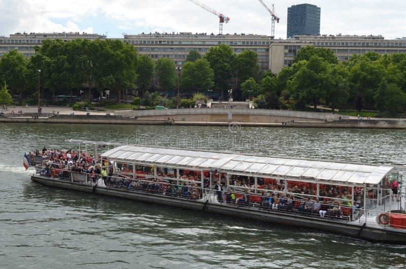 PARIGI, FRANCIA - 29 MARZO 2014: Barca con i turisti sul fiume sena Parigi immagini stock libere da diritti
