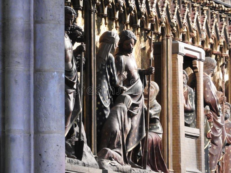 Parigi, Francia - 31 marzo 2019: Sollievi di legno del XIV secolo nella cattedrale del Notre-Dame de Paris che racconta la storia fotografie stock libere da diritti