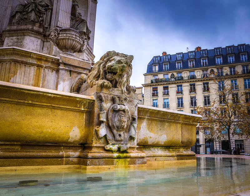 PARIGI, FRANCIA - 11 NOVEMBRE 2017: Posti e costruzioni famosi di Parigi alla sera piovosa di autunno su Parigi, Francia nell'11  immagini stock libere da diritti