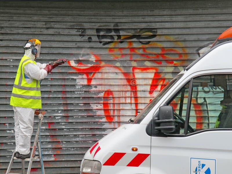 PARIGI, FRANCIA - OTTOBRE 2012: Pulitore dei graffiti a Parigi, Francia immagini stock libere da diritti