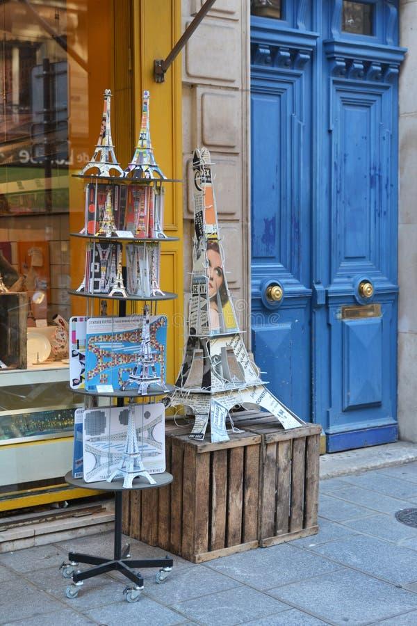 PARIGI, FRANCIA - 16 OTTOBRE 2016: Torre Eiffel decorativa del negozio di ricordo vicino alla porta d'annata immagine stock