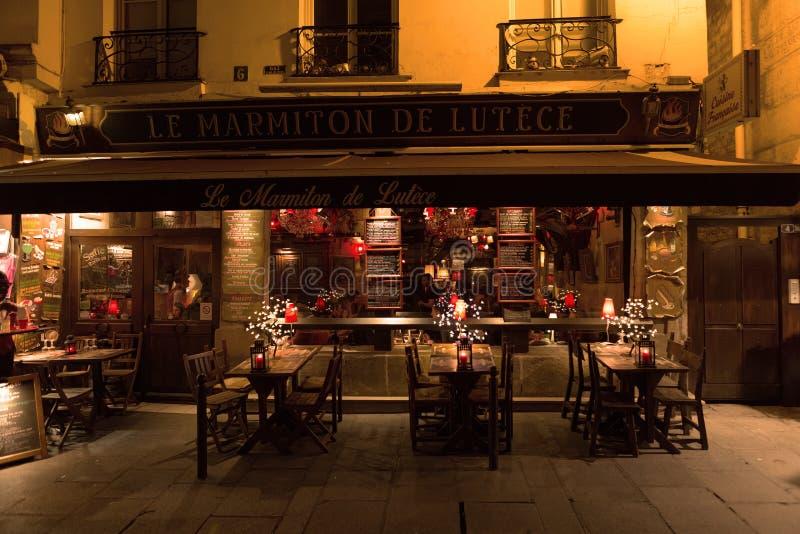 Parigi, Francia, 10 12 2016 - tavole, sedie ed entrata anteriore di fotografia stock libera da diritti