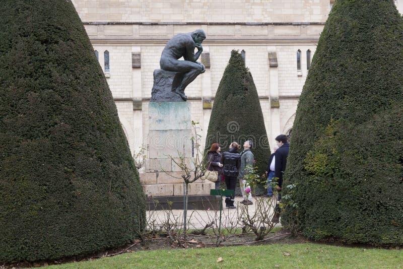 Parigi, il 30 dicembre 2017: i turisti prendono le fotografie del pensatore della statua da Rodin immagine stock libera da diritti