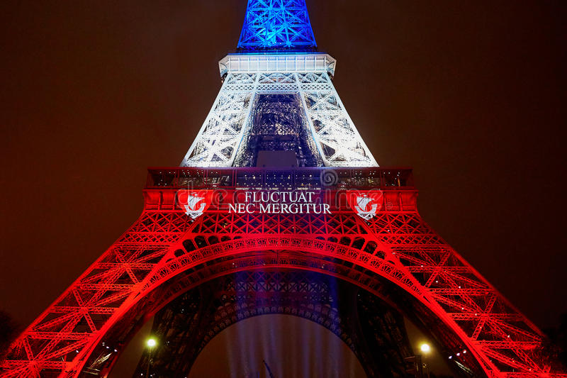 PARIGI - 16 NOVEMBRE: Torre Eiffel illuminata con i colori della bandiera nazionale francese il giorno di dolore il 16 novembre 2 immagine stock