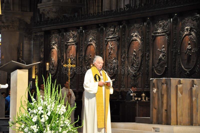 PARIJS 15 AUGUSTUS: Binnenland van de Kathedraal van Notre-Dame in Parijs, Frankrijk op 15 Augustus, 2012 royalty-vrije stock afbeeldingen