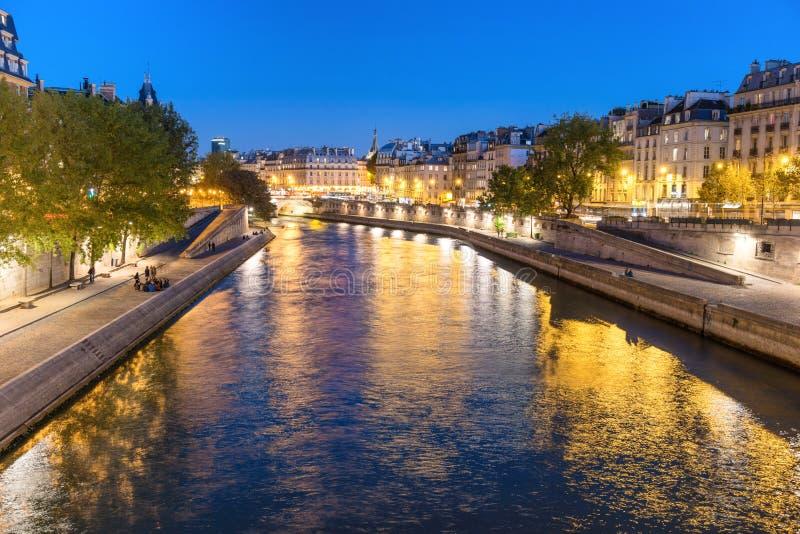 Parijs bij nacht - zonsondergang over Zegenrivier stock foto