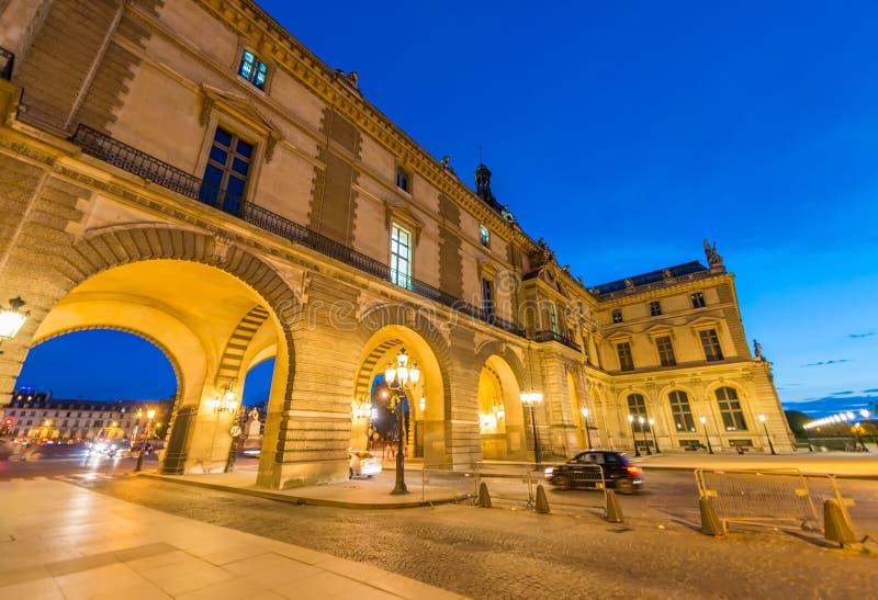 PARIJS - CIRCA JUNI 2014: Louvremuseum bij schemering Louvremuseu stock afbeelding
