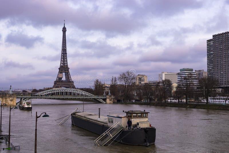 Parijs door Rivierzegen die wordt overstroomd royalty-vrije stock foto