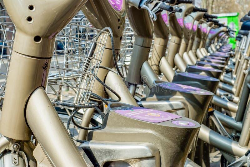 Parijs, Frankrijk - April 02, 2009: close-up op Velib-huur van de post de openbare fiets in Parijs Velib heeft de hoogste marktpe stock afbeelding