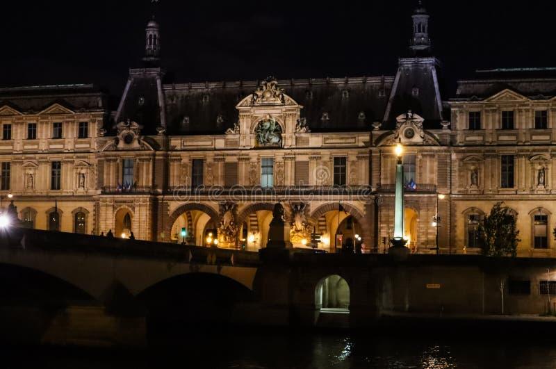 Parijs/Frankrijk - April 03 2019 Het Louvremuseum Parijs en brug Pont du Carrousel over de Rivierzegen bij de nacht royalty-vrije stock afbeeldingen