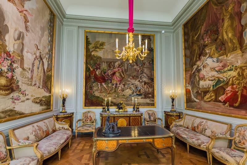 PARIJS, FRANKRIJK - Augustus 18, 2017: Binnenland van Louvremuseum stock foto
